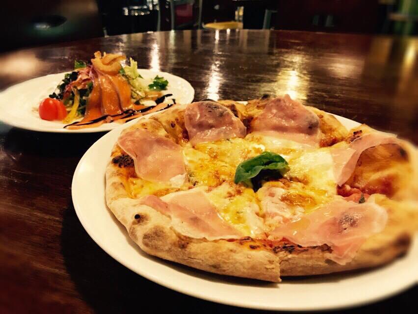 レストラン&カフェ ポテトのテイクアウトメニュー「ピザ(生ハムとトマト)」の写真
