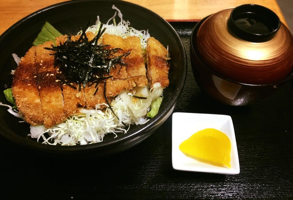 レストラン&カフェ ポテトのテイクアウトメニュー「カツライス(味噌汁つき)」の写真