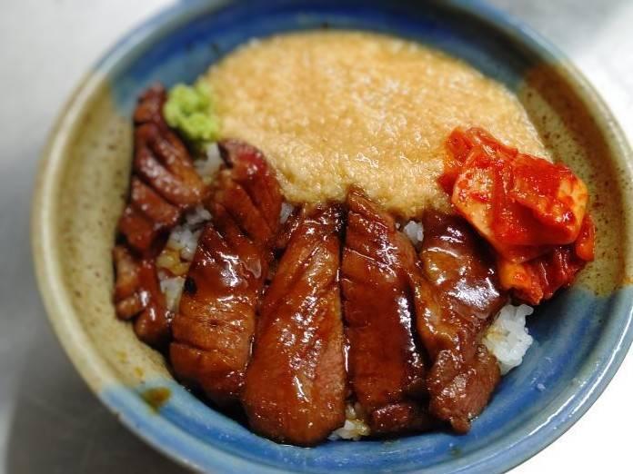 もつ鍋とお肉処 むら花のテイクアウトメニュー「とろろ牛タン丼」の写真