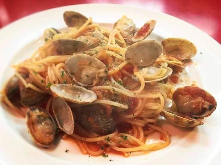 ペイザンのテイクアウトメニュー「アサリのスパゲッティ(トマトソース 有・無)」の写真
