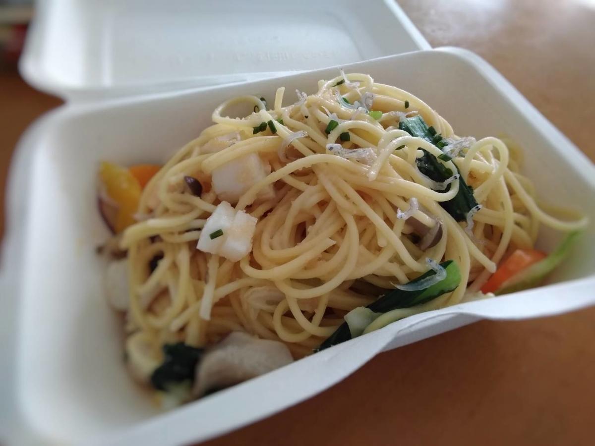 キッチンFUKUDAのテイクアウトメニュー「貝小柱と野菜たっぷりたらこパスタ」の写真