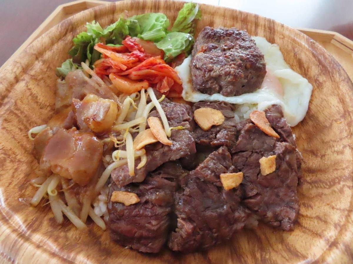 もつ鍋とお肉処 むら花のテイクアウトメニュー「ガッツリ丼」の写真
