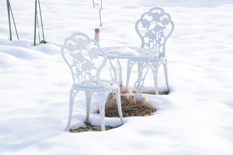 積雪に白いイス