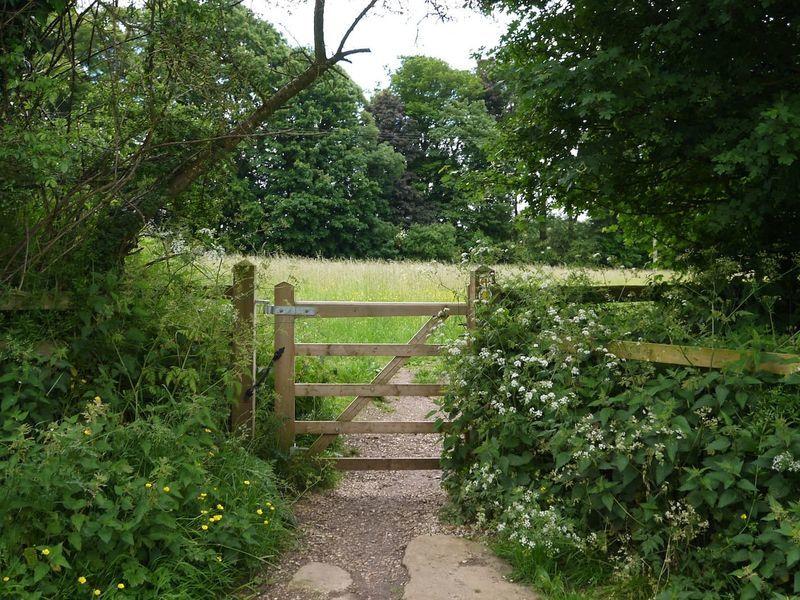 イギリスのフットパス。ゲートを開けて通りましょう