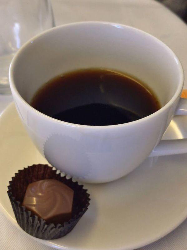 ANA全日空ビジネスクラスの機内食のコーヒーとチョコレート。ヨーロッパ便(イギリス)