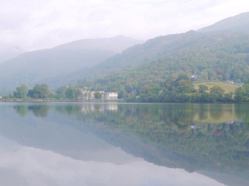イギリス湖水地方。グラスミアのフットパス。グラスミア湖は静か