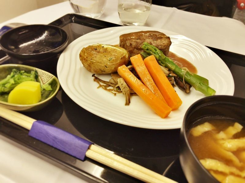 ANA全日空ビジネスクラスの機内食のメイン。ヨーロッパ便(イギリス)
