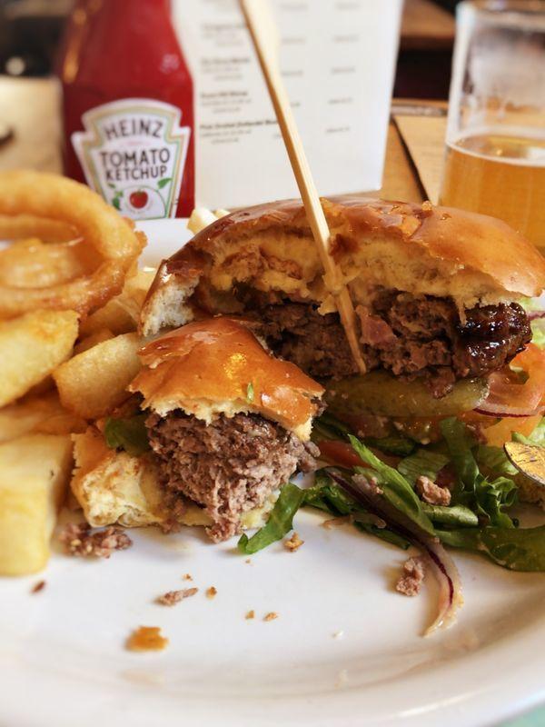 イギリスのパブのハンバーガー