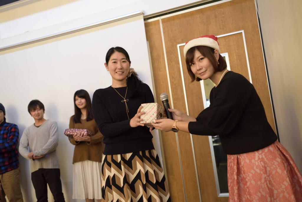 写真:プレゼンターの堀田さんと賞品を受け取るムラカミ