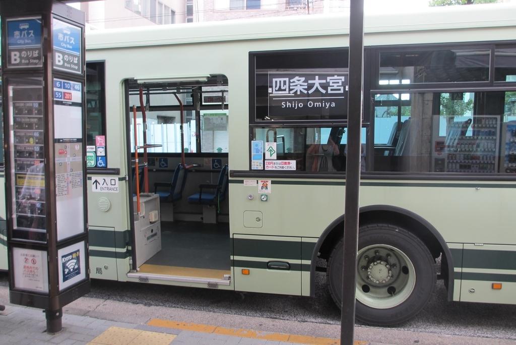 京都の市バスは後ろから乗る