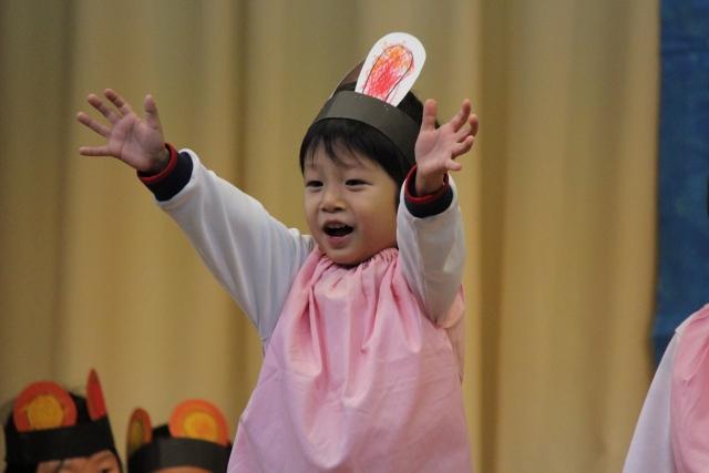 幼稚園児がお遊戯をしている写真
