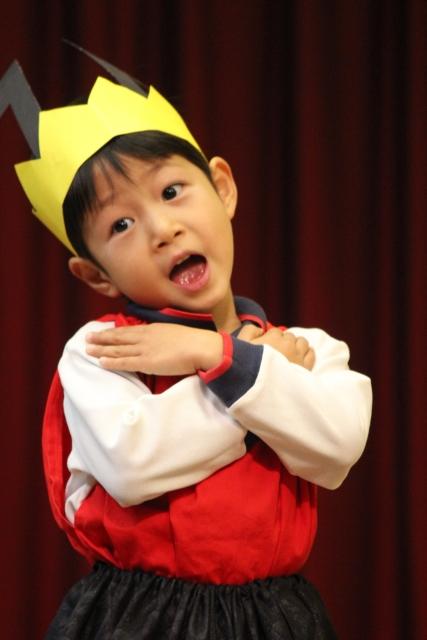 舞台俳優になり切った幼稚園児