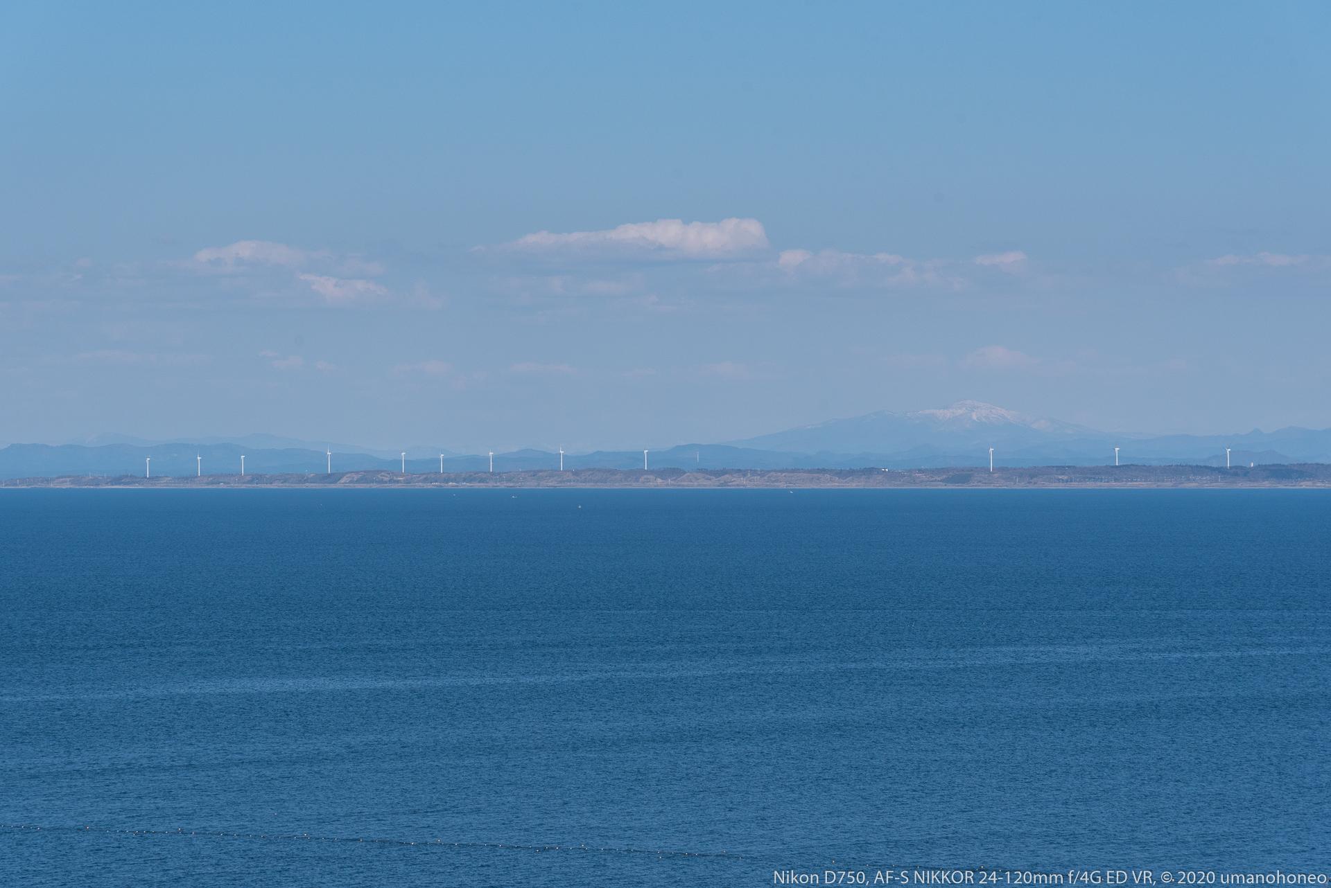 能代風力発電所の風車と白神山地