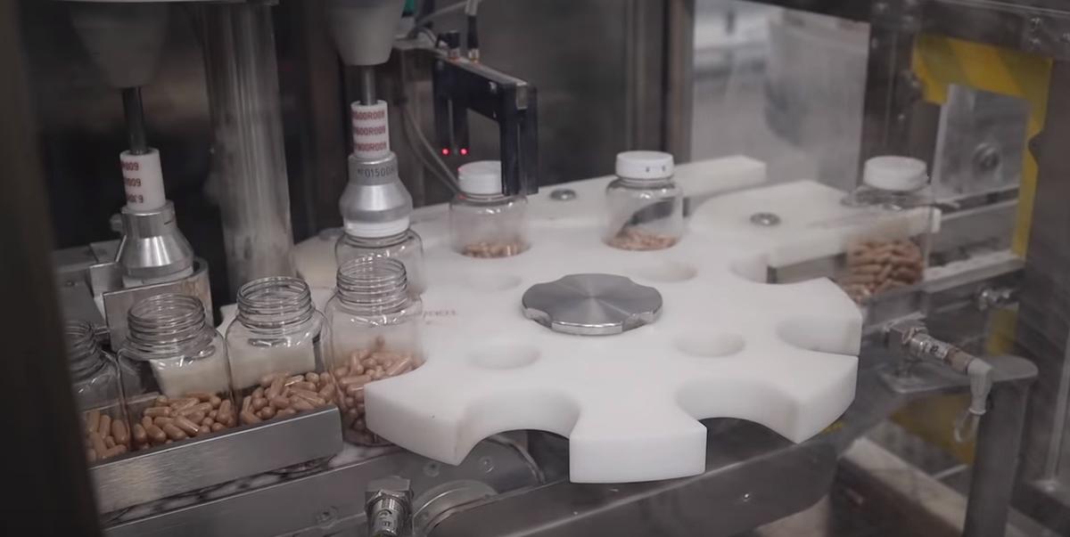 サーモピュアの錠剤をボトルに入れる工程