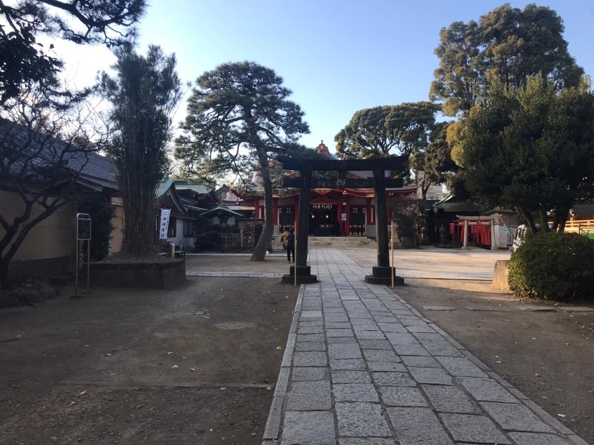 品川神社の境内にある鳥居