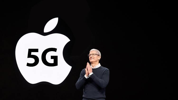 5G対応のiPhone12を発表するティム・クックCEO
