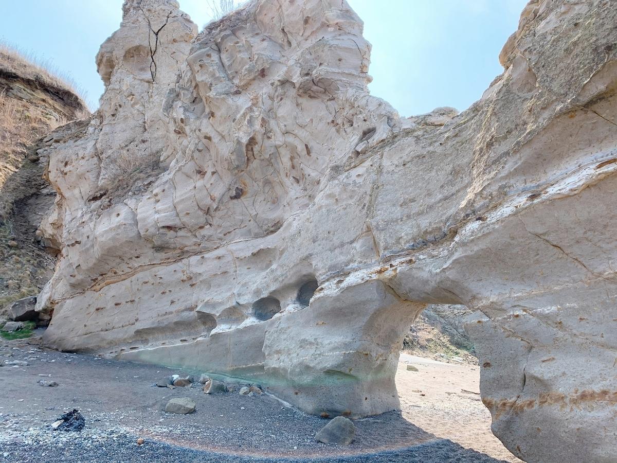 乙部町 滝瀬海岸のくぐり岩の裏側