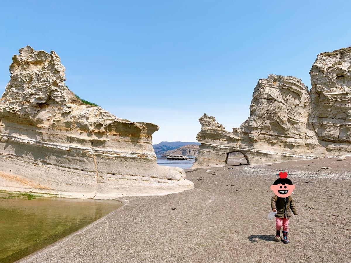 乙部町 滝瀬海岸のくぐり岩と軍艦岩