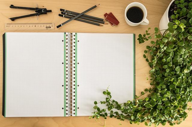 家計簿を書こうとノートを開いている画像