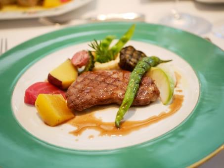 ブライダルフェアでの試食会のイメージ フレンチ肉料理
