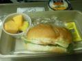 帰りの機内で出た軽食。ハムとチーズのサンドイッチと果物