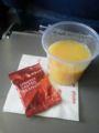 帰りの機内で出た昼食前のピーナッツとオレンジジュース