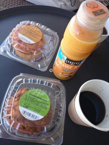 マフィンとコーヒーの朝食