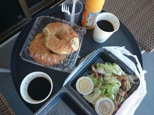 チキンサラダとクロワッサンの朝食