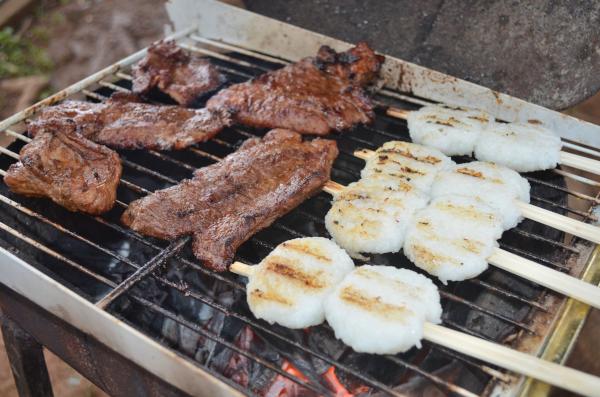 BBQコンロで肉と一緒に五平餅を焼く