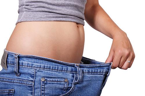 ダイエットで痩せた後にズボンのウェストが余った写真
