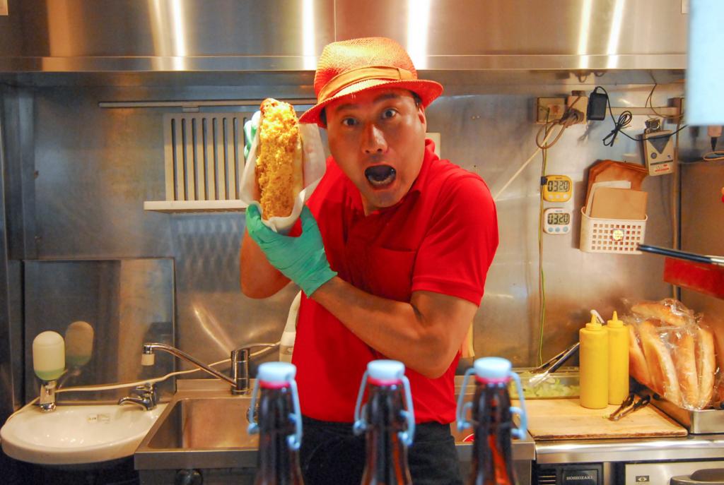 片手じゃ持てない!? ハモニカ横丁で特大25cm上質ホットドッグにかぶりつく!