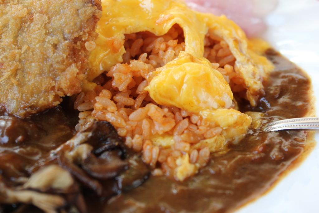毎月6日は「富良野オムカレーの日」。豊かな地元食材を味わう旅へ