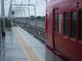 桜井駅を 出発しようと する 電車/むこうへ=北行