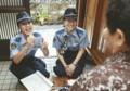 えがおで はなしかける 女性 警察官 (10月 25日、奄美市 住用町で) (