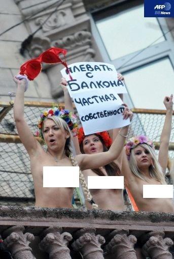 FEMEN バルコニー 12 (AFP)