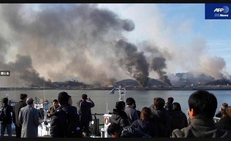 2010年 11月 23日、北朝鮮の 砲撃を うける 韓国 ヨンピョン島 (AFP)