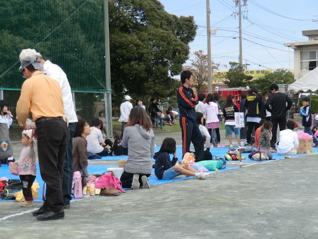 111002 古井町内運動会 13 応援席の ようす