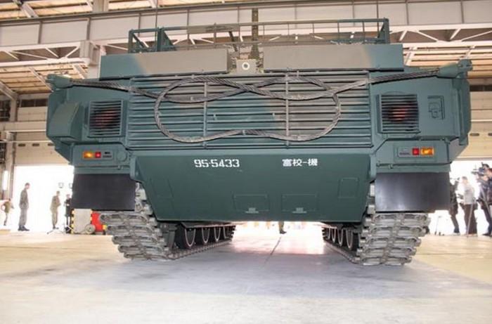 10式 戦車 (120110 時事ドットコム) (12) 車体 背面