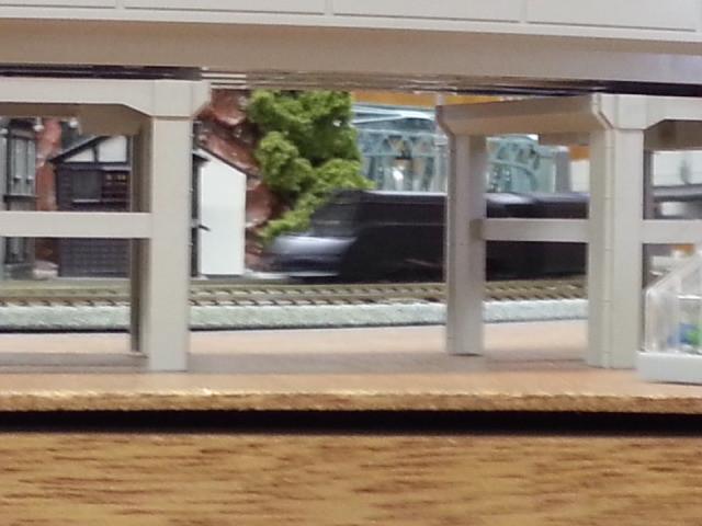 高架したをはしる流線形蒸気機関車