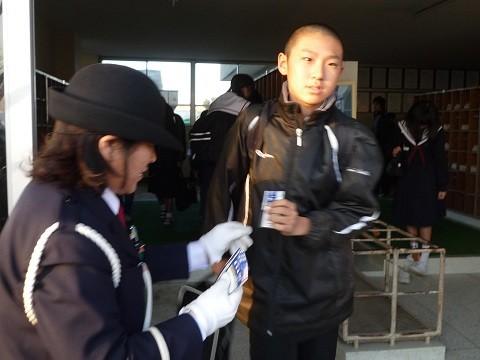 2014.12.10 安祥中学校自転車安全利用キャンペーン (10) シールくばり