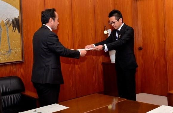 神谷学安城市長と小笠原浩光さん 580-380