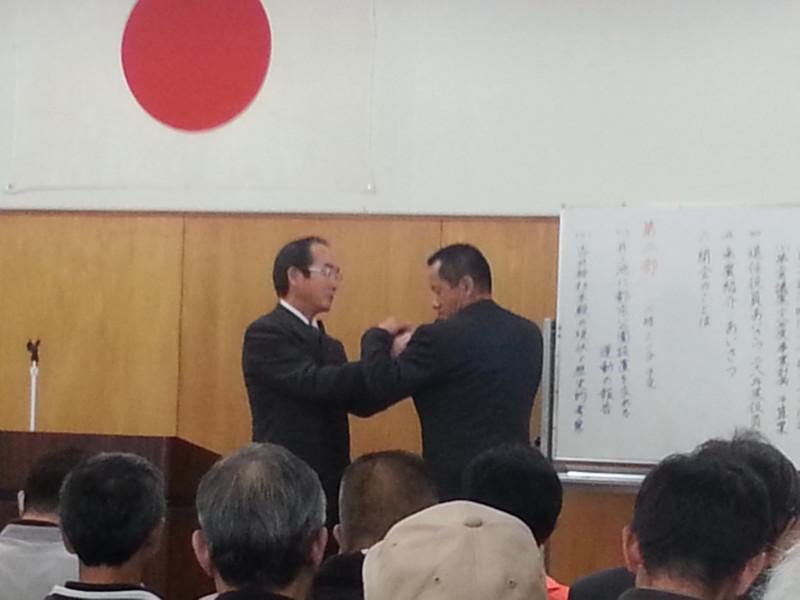 2016.3.20 古井町内会総会 (10) 町内会長バッヂもひきつぎ