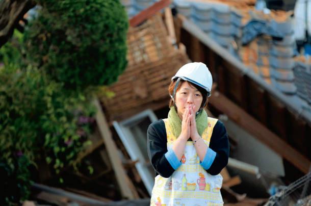 2016.4.16 午前 - 益城町の倒壊した家屋(ちゅうにち)