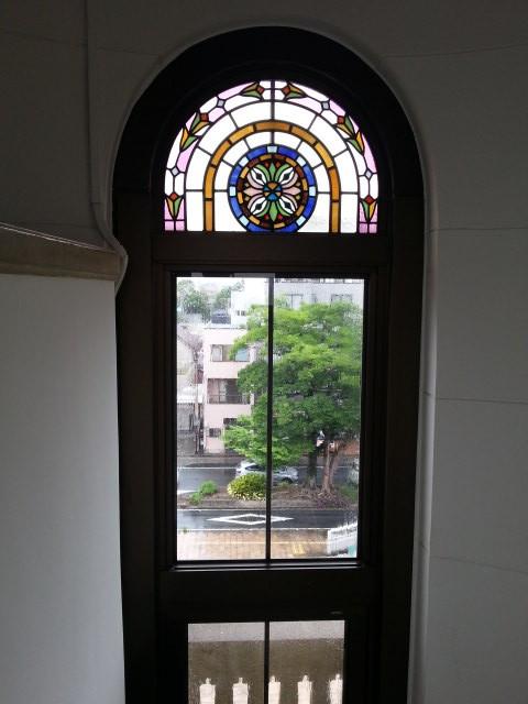 20160616_103502 豊橋市公会堂 - 階段とステンドグラス