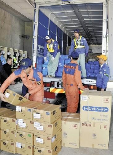 西三河から宇土市へ支援のトラック(よみうり)365-500