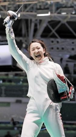 女子エペ個人2回戦でタチアナ・ログノワをやぶり、よろこぶ佐藤希望