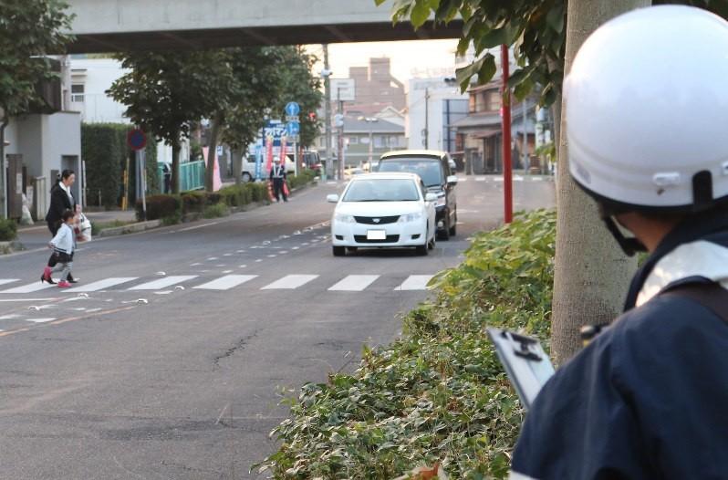 信号機のない横断歩道でとりしまりにあたる警察官=瀬戸市で2016年11月