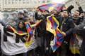 2017.1.15 ベルンで中国のチベット政策に抗議するひとたち(EPA=時事)