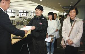 2017.11.20 刈谷城復元はんたい署名提出(ちゅうにち) 300-190