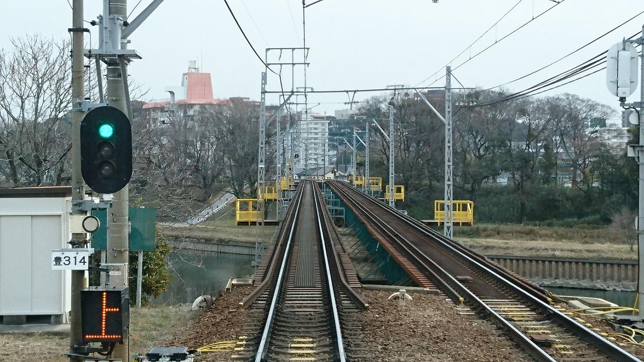 2018.2.21 東岡崎 (11) 東岡崎いきふつう - 菅生川をわたる 1280-720